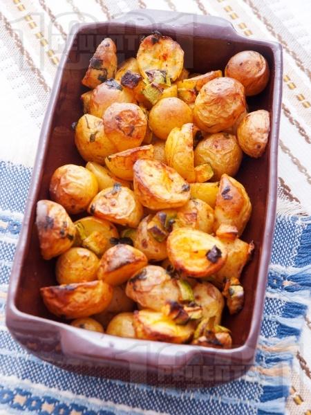 Печени / задушени пресни картофи в олио с тиквички и магданоз в глинен съд или йенска тенджера (стъкло) на фурна - снимка на рецептата